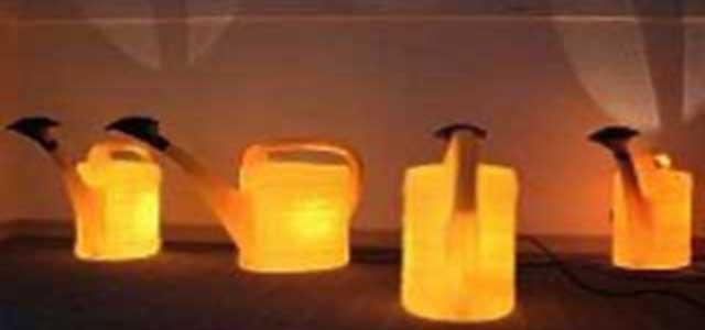 gelbes Leuchtkannen Arrangement